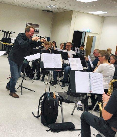 ØVELSE: Eldar Nilsen er dirigent for anledningen. Han har ansvar for øvelsene til KV-musikken fram mot vinterkonserten.