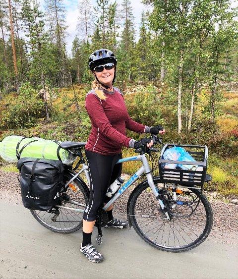 TESTER: Rutesjekker Liv Jorstad Paulsen i Syklistenes Landsforening kvalitetsjekker alle strekningene – meter for meter.