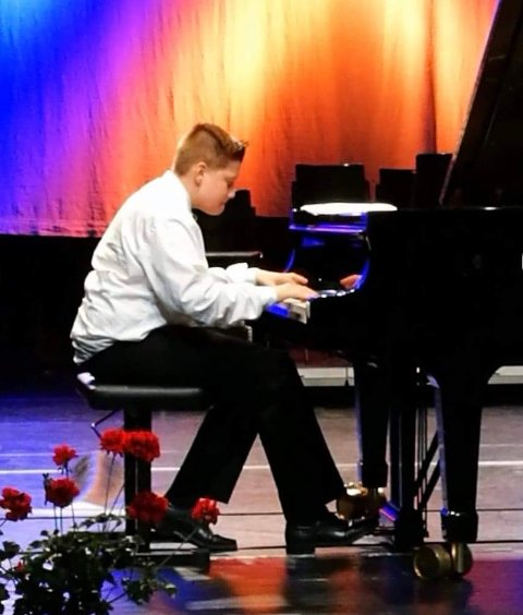 Sander Petersen Syslak frå Lindås byrja å spele piano i 4. klasse.