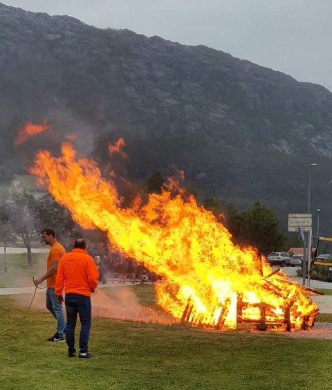 BÅL i EIKEFJORD: Har Eikefjord det finaste bålet i gamle Flora kommune i år? Det vil vise seg på onsdag?