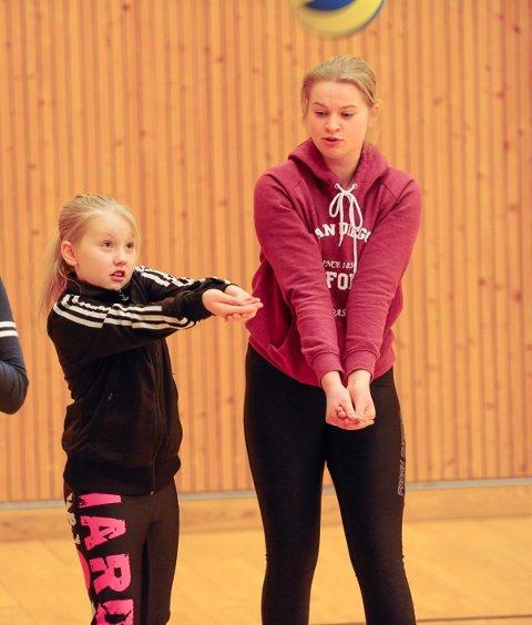 Idrettsskole i vinterferien. Volleyball. Ingrid Louise Eriksen fra HVBK instruerer.