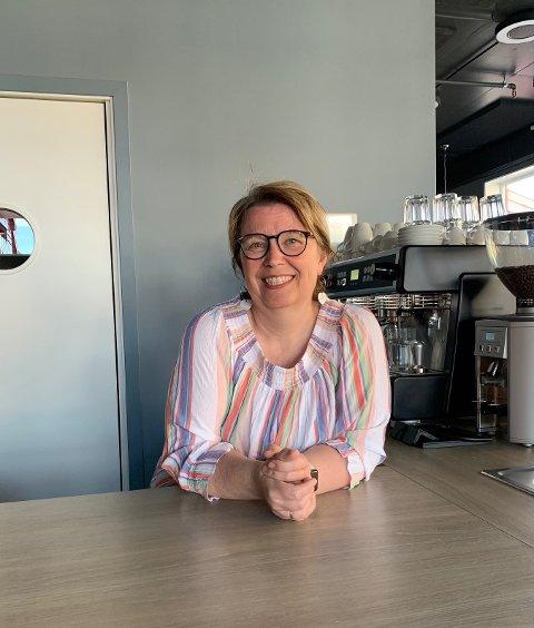 Marit Kristin Refsvik Johansen på Café Lille Martine, som hun har drevet på Ramberg i et halvt år.