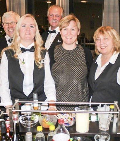 Servitører når Termik har barvogn på Selfors sykehjem. Fra venstre: Jan-Erik Vargdal, Turid Iversen, Tor-Arne Iversen, Hilde Nilsen og Elin Smith-Hansen. Foto: Eivind Nicolaysen