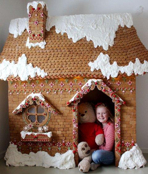 FORNØYD: Emmi Knoff (11) er svært fornøyd med sitt og moren Sirens hjemmelagde pepperkakehus.