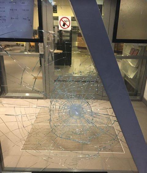 52-åringen brukte en stein til å knuse inngangsdøra på politihuset i Drammen.