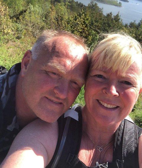 Trine og Per Torgersen var i godt humør og ved godt mot da de la ut på sin 24 timer lange gåtur. Men måtte avbryte turen etter rundt 18 timer.