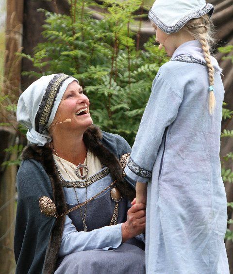 Guri (Nina Woxholtt) og Gjertrud i fjorårets forestilling.