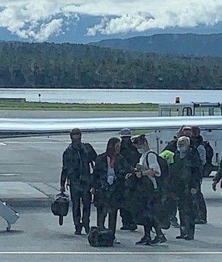 Her har Tom Cruise landet i Norge. Filmstjernen er helt til venstre på bildet.