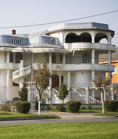 Det finnes store palass i Romania, men ingenting tyder på at de er bygget med penger fra Skandinavia.
