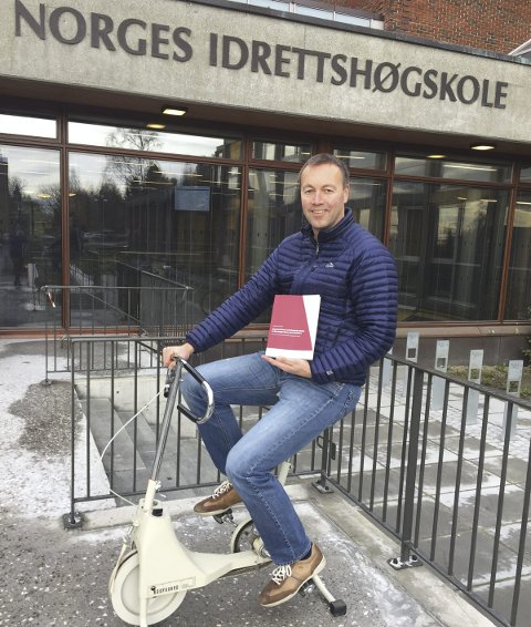 FERDIG DISPUTERT: Anders Aandstad med sin doktoravhandling, på testsykkel utenfor Norges Idrettshøgskole.