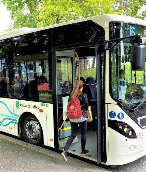 BILLIG BUSS: I sommer skal det koste bare 10 kroner å ta buss i hele Innlandet.