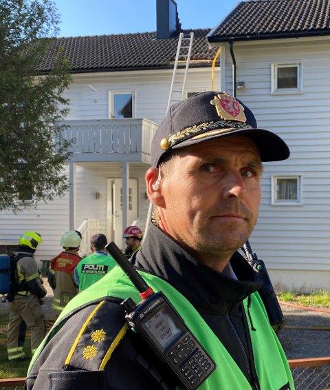 Innsatsleder Frode Petersen sier til HA at politiet, brannvesenet og helse var raskt til stede, og fikk evakuert naboene. Det ble funnet en person omkommet i boligen som brant.