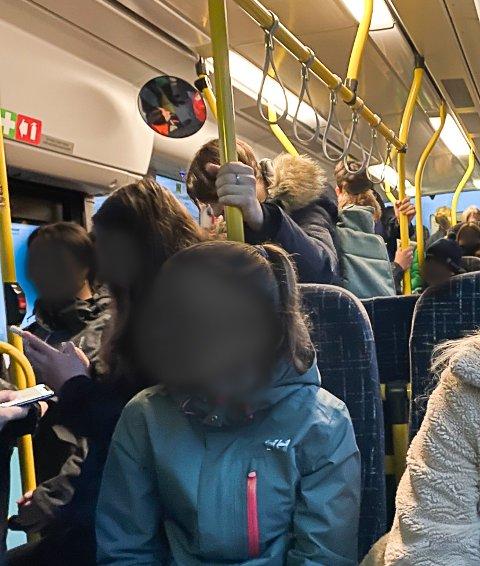 STAPPFULLT: Slik ser det ut på skolebussen fra Sande og Holmestrand på vei mot Horten og Tønsberg hver morgen. Elevene er sensurert av personvernhensyn.