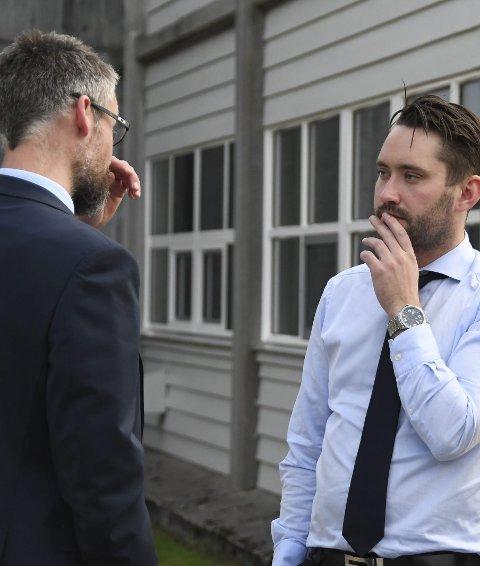 DISKUSJON: Advokat Øyvind Gaute Berg og ordførar Peder Sjo Slettebø pratar under eitt av mange møte som omhandla rådmannen i vår. (Arkivfoto)
