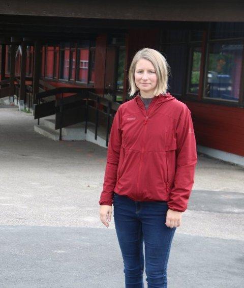 ROSER: Mari Christine Henriksen roser Røde Kors og de kommunalt ansatte som sto i regnvær og testet hundrevis av mennesker søndag.
