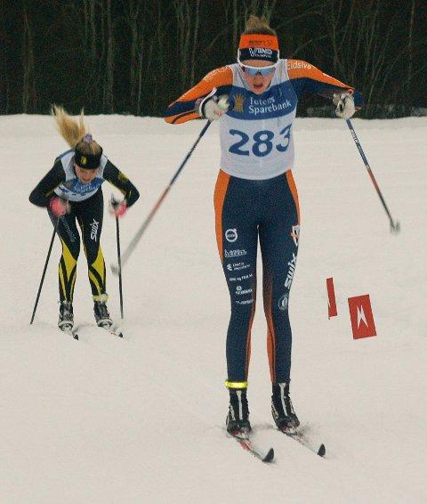 MOT MÅL: Jessica Birgit Silber fra Vind IL som ble nummer seks i klassen for jenter 16 år, følges av Synne Børresen Bollingmo fra Raufoss IL som ble nummer to i samme årsklasse.