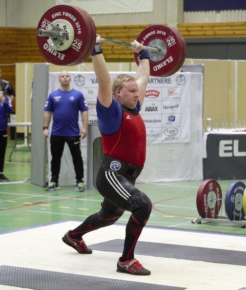 NY REKORD: Thomas Bankhaug forbedret støtet sitt med tre kilo da han løftet 135 kg over hodet i helgen.