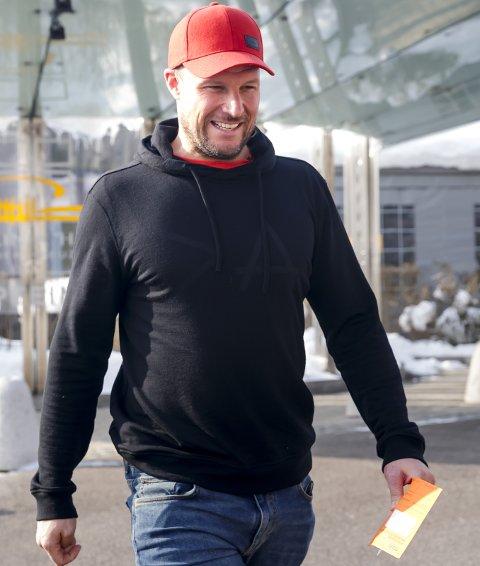 SJEKK: Aksel Lund Svindal på vei ut fra klinikken i Innsbruck etter å ha fått undersøkt kneet sitt. Konklusjonen ble at han står over fredagens utforrenn.