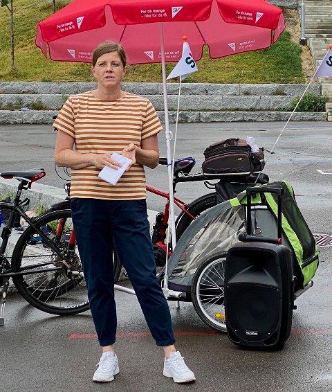 ETTERLYSER FLERE BARNEHAGER: Inger Dyrnes forteller om Skårerødegården, også kjent som Lørenskog stasjonsby.