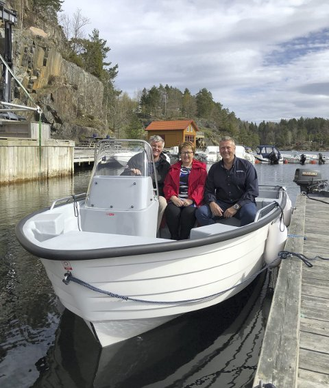 Fikk støtte til båt: Dag H Søraker, leder Furøyas venner, Bente Christensen i Sparebanken Sør og Rolf Arne Juul Olsen i Stranna Maritime AS i båten som nå tilhører Furøyas venner. Foto: privat