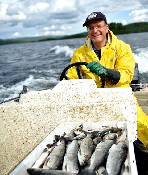 Mer sik: Bjørn Sandnes i Rørosfisk AS har mål om å fiske mellom 15 til 20 tonn sik i sommer. Arkivfoto: Marit Manfredsdotter.