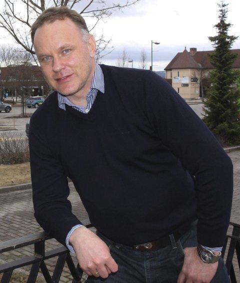 – Vi har tunge byrder, og vi har tøffe tak foran oss, sier Otto Langmoen. Kommunedirektøren vil heller melde seg inn i Robek enn å vente på innkallingen.