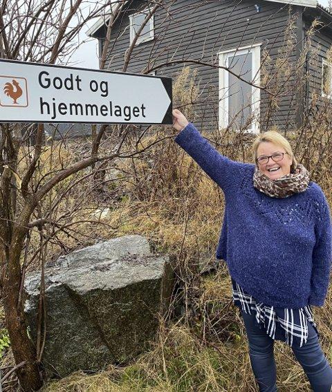 Skiltet opp til bedriften: Nina Eide kan endelig smile over skiltingen som viser vei. Foto: Pål Nordby