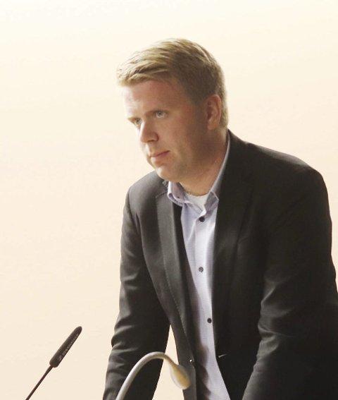 """Aleksander Leet (H) likte dårlig at ordfører Elin Gran Weggesrud sa at """"vi skal bygge Kleiverud skole"""" på en videofilm lagt ut på kommunens nettside."""