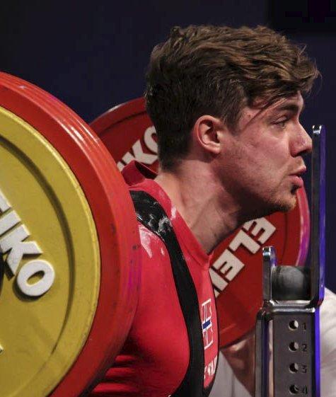 FORNØYD: Andrè Midtby fra Mesnali kommer tilbake fra VM i Calgary med femteplass sammenlagt og en sølvmedalje i benkpress. Her er han i aksjon under åpningsdisiplinen knebøy. FOTO:PRIVAT