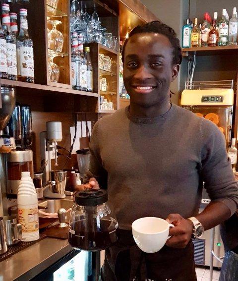 KAFFE: Fotball og kaffe er viktige ingredienser i livet til Nicolas Kamango. Foto: Privat