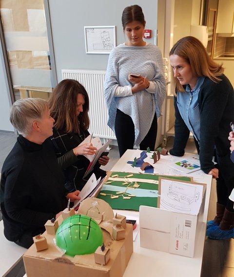 JURYEN I ARBEID: Anne Hege Rosenlund (Lørenskog kommune), Marianne Frilseth (Losby Gods), Emilie Aulie (Ungt Entreprenørskap Akershus) og Torunn Leren (Lørenskog kommune) diskuterer de mange bidragene. Foto: Lørenskog kommune