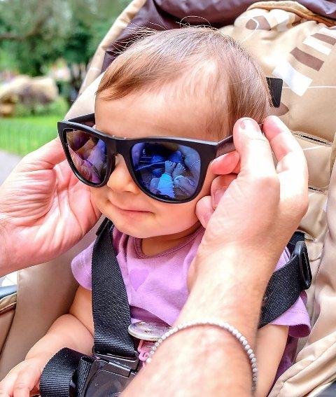 Store solbriller beskytter øynene og området rundt.