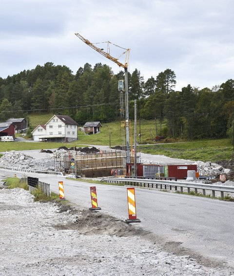 Riksvei 70: Johs J. Syltern er nå kommet langt i arbeidet på riksvei 70 ved Storbrua på Meisingset. Her bygges det nå en undergang samtidig som det anlegges en midlertidig vei og bru over Storelva.