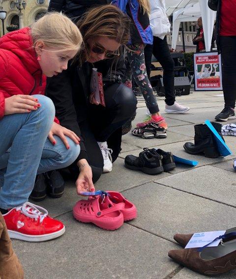 Søndag 12. mai var den internasjonale ME-dagen og sammen med døtrene tok Anette turen til Oslo og satte fra seg et par sko. Skoene representerer de mange ME- syke som er så syke at de ikke kan delta sosialt i livet.
