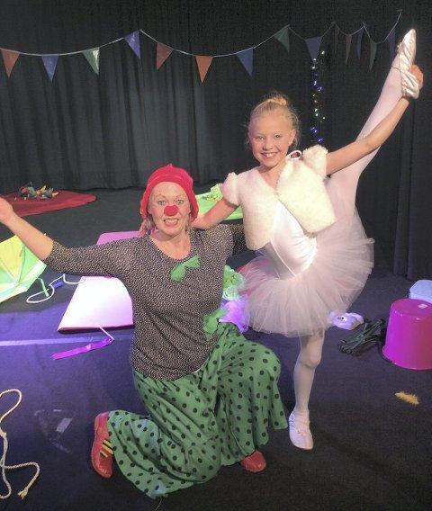 Karin Stautland (til venstre) og Alma Ferguson spiller i forestillingen «Klovnen Klem møter dukken Bella Ballerina».
