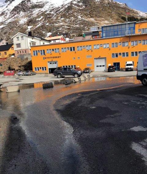 Vått: Her blir du våt om du skal inn på butikken til Carl Stahl as i Honningsvåg.