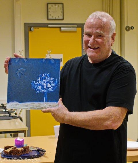 Ole Jørn Solberg har vært klubbleder i alle disse årene. Her med bildet «Einsamflygar».