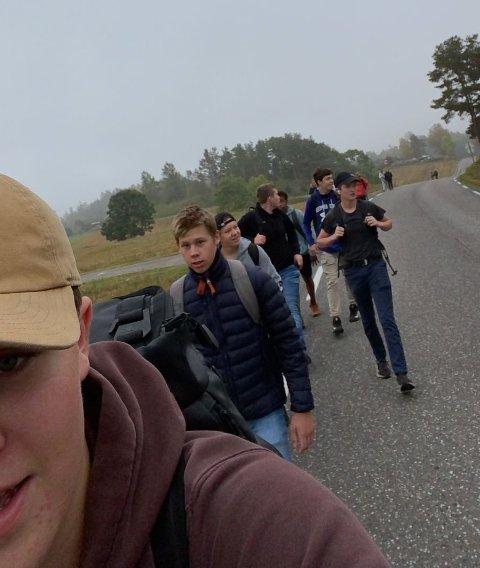 TOK BEINA FATT: Da skolebussen stoppet tok elevene beina fatt langs Vestre Andebuvei og gikk de fire kilometerne til ungdomsskolen.