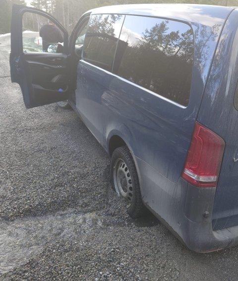 Bom fast: I denne grauten av leire, vann og grus ble bilen stående en stund før en veiarbeider med traktor kom til stedet og fikk trukket den løs. Foto: Torunn Nerdalen Tinghaug.