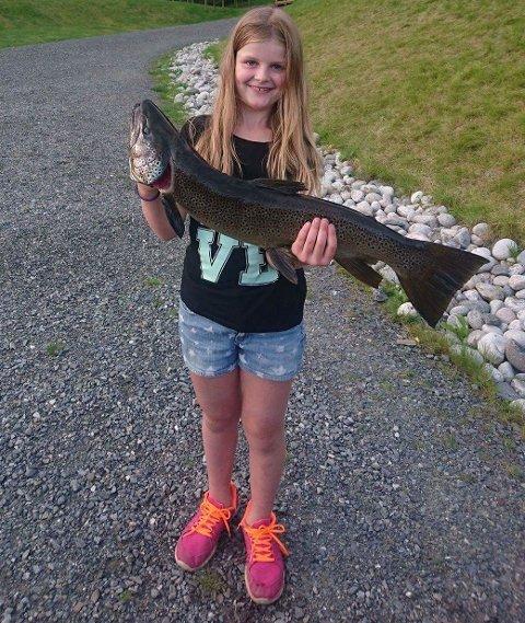 Fiskelykke: Mari Flatla med den svære ørreten hun fikk på kroken.