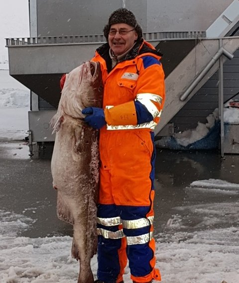 """I 2019 fikk Karl Jan Krogh æren av å vise fram kaffetorsken på 35 kilo som garnbåten """"Feskargutten"""" leverte til Steinfjorden sjømat på Eggum. Det minnes han godt den dag i dag."""