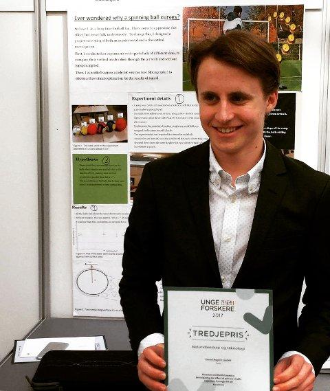 Erlend Bugsett Lindahl (19) skrev årsoppgave om hvordan sportsballer spinner gjennom luften. For oppgaven vant han tredjepris i Unge Forskere-konkurransen. Nå går han videre til fysikkstudier i England.
