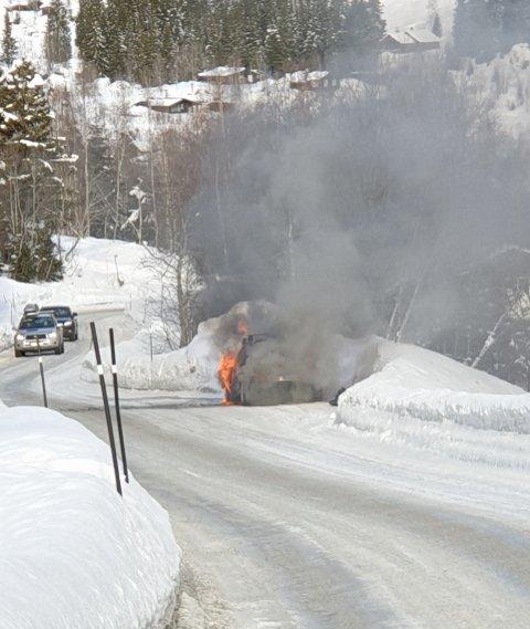 OVERTENT: Bilen er fullstendig omgitt av flammar og røyk.