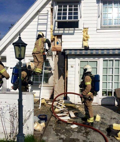 Brannvesenet måtte bryte vekk kledningen for å komme til med slukningsmidlene.