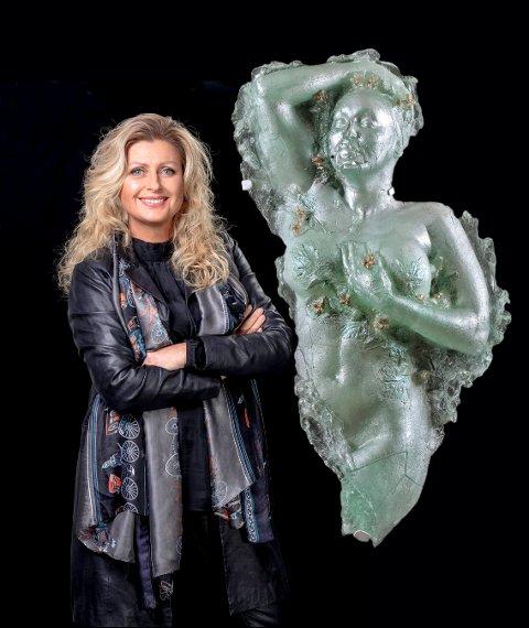 GLASS: Her er Aino Jensen med en av skulpturene hun viser på Gulden kunstverk.
