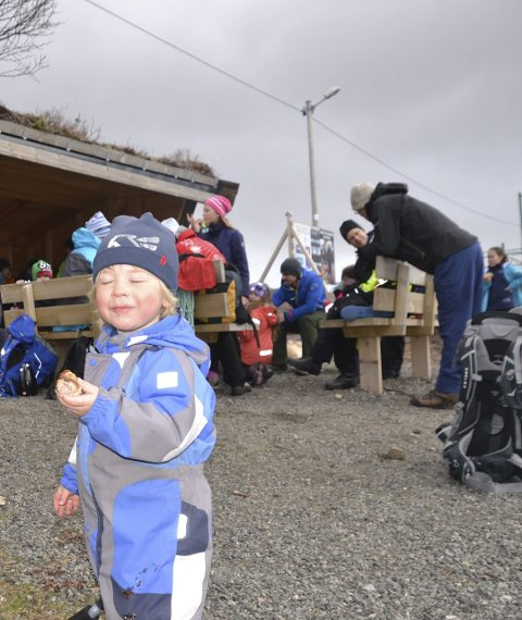 Pølsespising: Milliam Tveter. Jevtic (2,5 år) spiser pølsa oppe ved Lofothallen på Leknes. Han og 70 andre innviet turstiene fra rådhuset søndag.Alle foto: Karin P. Skarby