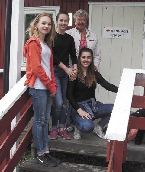 TAKKNEMLIG: Wenche Haugeng (bak) i Oppegård Røde Kors setter stor pris på gaven fra Milla Ellevsen-Heier (til venstre), Kira Twang Riise og Kaja Bretteville Myrvold (foran). Foto: Jonny Seigerud