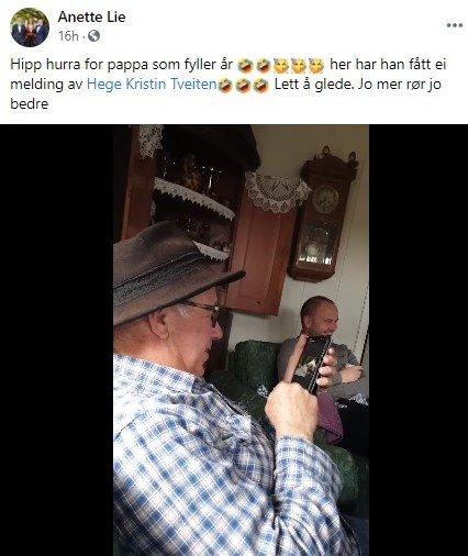 MORO I SOFAEN: Kjell Lie klukker og ler mens han studerer den lille filmen han har fått tilsendt fra dattera til kameraten. I bakgrunnen sitter Leif Erling Lie og ler av faren som ler.