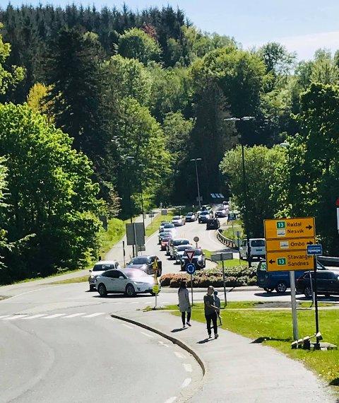 TREFELTSKAOS: Ferjekøen står lengst til venstre ovanfor rundkøyringa på Sande. Så prøver bilistar som køyrer i kvar si renting å dela på ei og ei halv vegbreidde ved sida av.