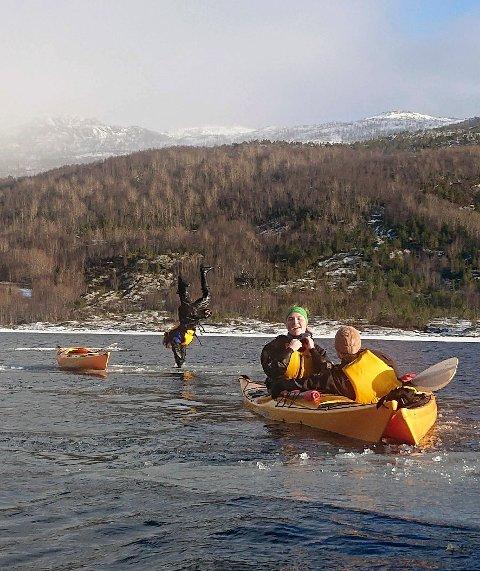 På padletur: Elever fra friluftslivsfag på Knut Hamsun vgs padlet og sto på hodet på et isflak på en padletur sist vinter.